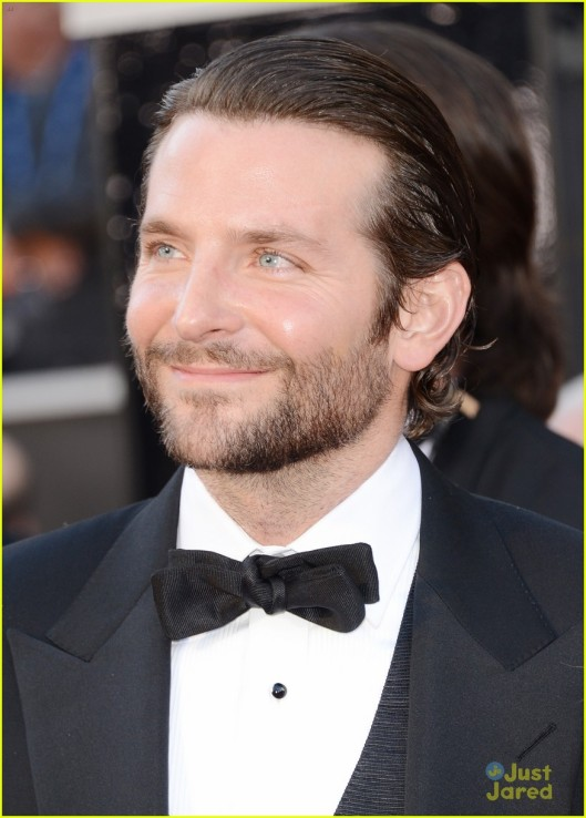 bradley-cooper-oscars-2013-red-carpet-03