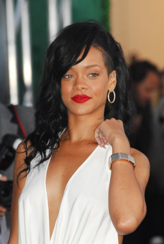 rihanna_black_hair_sidecut_red