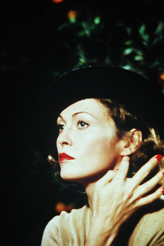 elle-film-red-nails-faye-dunaway-xln