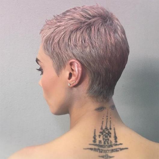 cabelo-rosa-iluminador-na-orelha
